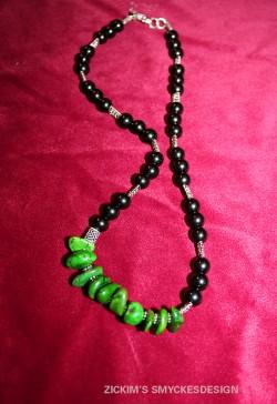 HA043 Green indian: Halsband med svarta glaspärlor samt gröna ocotillo stenar...90:-SÅLDFör att se en större bild, klicka på denna länk.