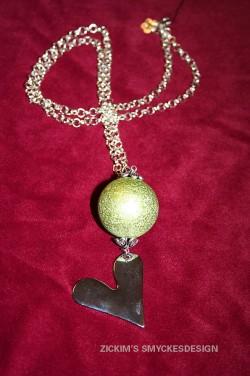 HA044 Green ball: Längre halsband med stor (30mm)grön boll samt stort hjärta...115:- SÅLD  För att se en större bild, klicka på denna länk.