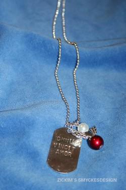 NA005 Amor angel: Halsband med stansad dog tag (Omnia vincit amor= kärleken övervinner allt) samt röd ängel på kulkedja (valfri längd)...90:- SÅLD  För att se en större bild, klicka på denna länk.