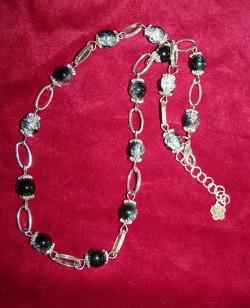 HA053 Black frost: Halsband med svart/vita krackelerade pärlor samt ovala länkar...115:- SÅLD