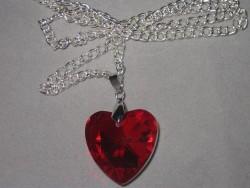 HA073 Red Heart: Halsband med rött glashjärta...90:- SÅLD  För att se en större bild, klicka på denna länk.