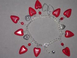 AR106 Heart arm: Armband med röda glashjärtan...95:- 65:-För att se en större bild, klicka på denna länk.