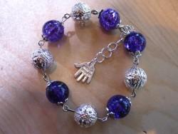 AR056 Purple ball: Armband med lila krackelerade pärlor...70:- SÅLD  För att se en större bild, klicka på denna länk.