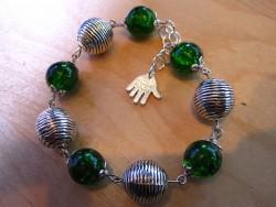 AR057 Grass ball: Armband med gröna krackelerade pärlor...75:- 40:-  För att se en större bild, klicka på denna länk.
