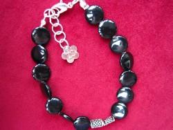 AR059 Black spot: Armband med svarta platta pärlor...75:- SÅLD  För att se en större bild, klicka på denna länk.