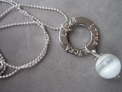 NA008 White happy: Halsband med stansad ring med texten