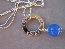 NA009 Blue happy: Halsband med stansad ring med texten