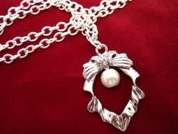 HA056 Little pearl: Halsband med underbart hänge och en liten pärla...100:-SÅLD  För att se en större bild, klicka på denna länk.