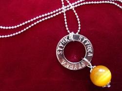 NA011 Yellow strength: Halsband med stansad ring med texten