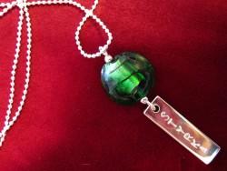 NA012 Greenstrength: Halsband med grön pärla och tag med texten