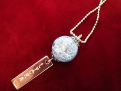 NA014 Light blue happy: Halsband med krackelerad blå pärla och tag med texten