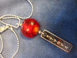 NA015 Red strength: Halsband med röd pärla och tag med texten