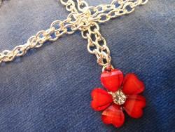 HA058 Red flower: Halsband med jättefin röd blomma i glas...95:- SÅLD  För att se en större bild, klicka på denna länk.