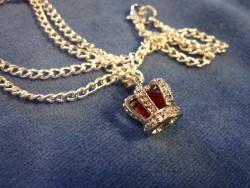 HA055 Red crown: Halsband med en krona med en röd pärla i...95:- SÅLD  För att se en större bild, klicka på denna länk.