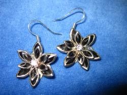 OR031 Black flower: Örhängen med svarta blommor...75:- SÅLD  För att se en större bild, klicka på denna länk.