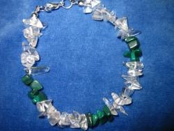 AR061 Malakit arm: Armband med bergskristall och malakit chips...65:- SÅLD För att se en större bild, klicka på denna länk.