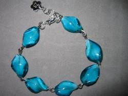 AR064 Blue wave: Armband med vridna blå glaspärlor...75:- 40:-  För att se en större bild, klicka på denna länk.
