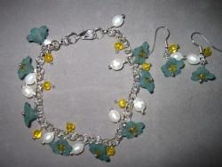 SE032 Flower arm: Armband med härliga blommor och tillhörande örhängen...99:-  För att se en större bild, klicka på denna länk.