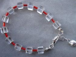 AR074 Glas cube: Armband med glaskuber och röda stift pärlor...75:- SÅLD För att se en större bild, klicka på denna länk.