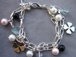 AR075 Lucky charm: 2 radigt armband med olika berlocker på kedja...85:- SÅLD  För att se en större bild, klicka på denna länk.