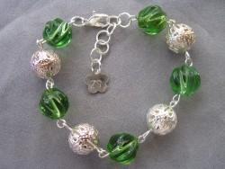 AR077 Twisted green: Armband med vridna gröna glaspärlor  och filigran bollar...75:- 40:- För att se en större bild, klicka på denna länk.