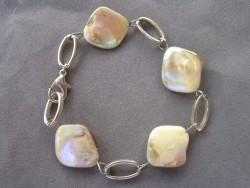 AR078 Pearly link: Armband med snäckskalspärlor och ovala länkar...65:- SÅLD För att se en större bild, klicka på denna länk.