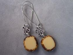 OR035 Beige stone: Örhängen med beige glaspärlor...75:- 40:-  För att se en större bild, klicka på denna länk.