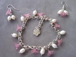 SE033 Pink flower: Armband med rosa blommor och sötvattenspärlor + tillhörande örhängen...95:-SÅLDFör att se en större bild, klicka på denna länk.