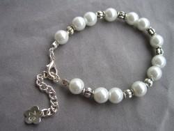 AR085 Chubby white: Armband med vita pärlor samt  knubbiga mellandelar...69:- SÅLD  För att se en större bild, klicka på denna länk.