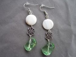 OR037 Hippie green: Örhängen med gröna glasbumlingar och snäckskalsplattor...65:- 35:-  För att se en större bild, klicka på denna länk.