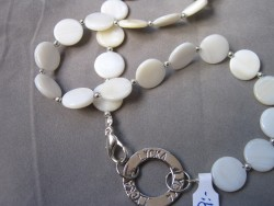 NA016 Happy pearl: Halsband med vita snäckskalspärlor och stansad ring med texten