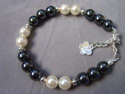 AR086 Shiny black: Armband med svarta och vita pärlor...79:- SÅLD  För att se en större bild, klicka på denna länk.