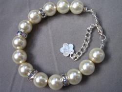 AR092 Big Crystal: Armband med cremefärgade pärlor  och strass mellandelar...85:- SÅLD För att se en större bild, klicka på denna länk.