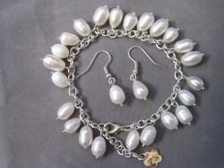 SE034 Sweet white: Armband med vita sötvattenspärlor samt tillhörande örhängen...110:- SÅLD För att se en större bild, klicka på denna länk.
