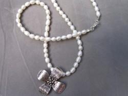 HA066 Pearly flower: Halsband med sötvattenspärlor och stor blomma: 110:-SÅLDFör att se en större bild, klicka på denna länk.