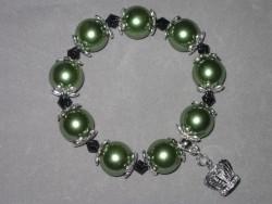 AR110 Big green crown: Armband med stora gröna pärlor  och en krona som berlock...130:- SÅLD  För att se en större bild, klicka på denna länk.