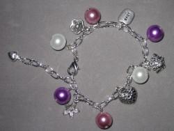 AR117 Love flower: Armband med pärloa och berlocker...79:- SÅLD  För att se en större bild, klicka på denna länk.