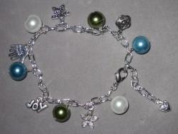 AR118 Pearly joy: Armband med pärlor och berlocker...79:- SÅLD  För att se en större bild, klicka på denna länk.