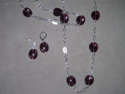 SE037 Purple love: Längre halsband (74 cm) med lila glaspärlor på kedja + tillhörande örhängen...119:-SÅLDFör att se en större bild, klicka på denna länk.