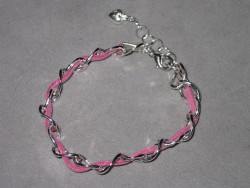 AR122 Pink dream: Armband med grov kedja och rosa mockaband...Finns att köpa hos Studio Mini  För att se en större bild, klicka på denna länk.