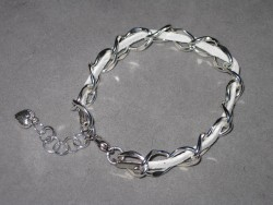 AR124 White dream: Armband med grov kedja och vitt  mockaband...69:- SÅLD  För att se en större bild, klicka på denna länk.