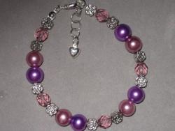 AR125 Purple bling: Armband med lila pärlor och små blommor...69:- SÅLD För att se en större bild, klicka på denna länk.