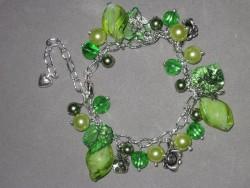 AR126 Green bling: Armband med blandade gröna pärlor...100:- 60:-  För att se en större bild, klicka på denna länk.