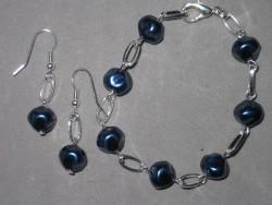 SE042 Blue black stone: Armband och örhängen med mörkblåa ojämna pärlor...75:-SÅLDFör att se en större bild, klicka på denna länk.