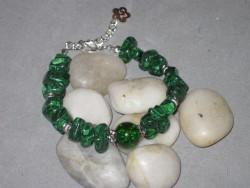 AR128 Green stone: Armband med gröna stenbumlingar...75:- SÅLD För att se en större bild, klicka på denna länk.
