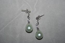 OR055 Grey swirl ear: Örhängen med gråa droppformade snäckskalspärlor...60:- 30:-För att se en större bild, klicka på denna länk.