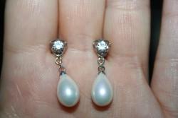 OR056 Bling white ear: Örhängen med zirkoner och vita  droppformade snäckskalspärlor...65:- SÅLD För att se en större bild, klicka på denna länk.