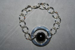 AR130 Black ring: Armband med grov kedja och en svart pärla i en ring...79:- SÅLD För att se en större bild, klicka på denna länk.