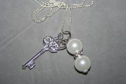 HA103 Key bling: Halsband med stor nyckel och vita pärlor...95:- 55:-  För att se en större bild, klicka på denna länk.