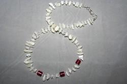 HA100 Three red: Halsband med pärlemorfärgade snäckskalschips och röda glaspärlor...99:-SÅLDFör att se en större bild, klicka på denna länk.
